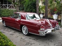 1956 Lincoln Continental Now this is a beautiful automobile, unlike the piece of junk in the back yard. Ford Motor Company, Lincoln Motor Company, Lincoln Continental, Continental Cars, American Classic Cars, Us Cars, Race Cars, Futuristic Cars, Car Ford