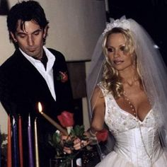 Tommy Lee of Motley Crue and Pamela Anderson's weeding Pam And Tommy, Tommy Lee, Celebrity Wedding Photos, Celebrity Weddings, Celebrity News, Star Wedding, Wedding Bride, Wedding Dresses, Pamela Andersen