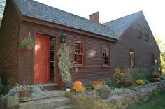 I think the charcoal-colored siding is my favorite for these old homes. primitive homes homes ideas homes diy homes decorating homes living room Saltbox Houses, Old Houses, Farm Houses, Cabana, Exterior Colonial, Exterior Paint, Early American Homes, Primitive Homes, Primitive Bedroom