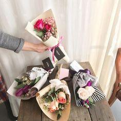 Ideas flowers boquette korean for 2019 Single Flower Bouquet, Small Flower Bouquet, Flower Boxes, Flower Bouquet Wedding, Floral Bouquets, Small Flowers, Beautiful Flowers, Diy Flowers, Bouquet Wrap