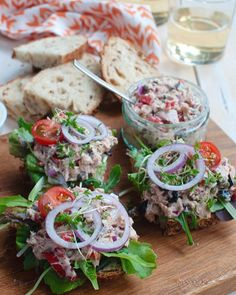 Dit is zonder twijfel de allerlekkerste tonijnsalade voor op brood. Goedgevuld en boordevol smaak. Ook lekker met gegrilde groente of op een toastje. I Want Food, Love Food, High Tea Sandwiches, Lunch Restaurants, Tea Snacks, Cooking Recipes, Healthy Recipes, Happy Foods, Salsa