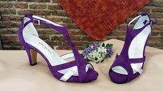 Sandalias en ante morado y plata. Quedan muy bonitas y elegantes puestas, y la combinación también queda genial.