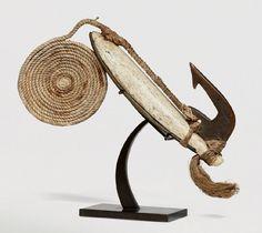 HAMEÇON de pêche «Pa'atu» utilisé pour la pêche à la bonite. Présence du bas de ligne. Iles Tonga. Os de baleine, écaille de tortue, nâcre et fibres. Ancienne collection anglaise