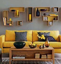 salon moderne, un mix de gris et de la couleur jaune moutarde, déco en harmonie avec le canapé