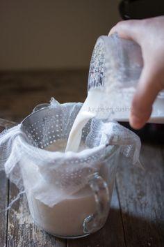 Comment préparer du lait végétal ? ◆ Lait végétal noix de cajou noisette   jujube en cuisine Desert Recipes, Raw Food Recipes, Sweet Recipes, Juice Drinks, Healthy Drinks, Vegan Treats, Vegan Desserts, Quinoa, Vegan Milk