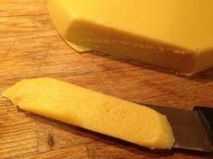 Mais uma experiência de queijo que ficou bem saborosa, desta vez sem frutos secos. Ficou com uma textura de cortar à faca mas cremoso, e que...