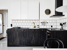 Black dyed wood... awesome! Hidden storage solutions in bright Gothenburg apartment - Emmas Designblogg