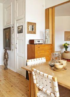 Taustalla näkyy asunnon fiksu komerojärjestelmä: eteisen, olohuoneen ja keittiön…