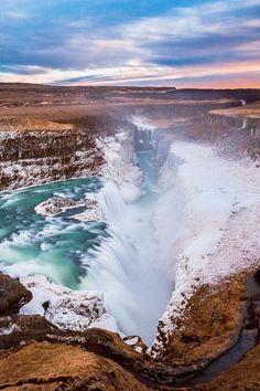 Gullfoss es una catarata situada en el cañón del río Hvitá en el sureste de Islandia.