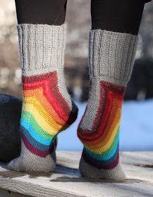 Luulin kovastikin poistuvani omalta sukanneulomisen mukavuusalueeltani kun päätin vihdoinkin neuloa nämä Squircle-sukat. Ohje on General ...