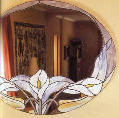 Espejo de calas con técnica tiffany una forma distinta de decorar tu espejo OjoconelArte.cl | Stained Glass Mirror, Stained Glass Paint, Stained Glass Flowers, Stained Glass Panels, Stained Glass Projects, Stained Glass Patterns, Mosaic Vase, Mirror Mosaic, Mirror Crafts