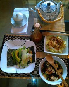 Refeição japonêsa-   Sopa: Coloque uma colher de molho Nama shoyu e meia colher de chá de sal rosa do Himalaia em um pote de água quente e adicione cebolinha, cogumelos picados e gergelim cru; Cone: Enrrole alga nori com abacate, pepino, cebolinha e gergelim; Chá verde; Salada de alface tipo repolho com molho japonês;  Para fazer o molho oriental de salada: 4 colheres de azeite 3 colheres de shoyu meia colher de mel cru,1 dente de alho ralado,1 colher cheia de gengibre, meio limão e…