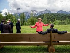 Angela Merkel und Barack Obama in Elmau. Das Bild der beiden ist jetzt schon ikonisch für den Gipfel. Auch im Internet fand der Schnappschuss Anklang: Unter dem Hashtag #Merkelmeme posteten Twitter-Nutzer mögliche Dialoge zwischen Barack und Angie. Hier die fünf lustigsten Memes.