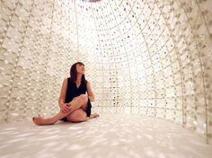 Saltygloo von Rael San Fratello Architects Meersalz wird im Verdunstungsbecken mit Sonnen- und Windenergie gewonnen. 336 gedruckte Platen und Aluminiumstangen ergeben einen igluartigen, lichtdurchlässigen Raum.