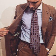 Fattoamanoeverything. #theessenceofstyle #theurbanties #sognistore #menswear #mensstyle #mensfashion #mensaccessories #fattoamano #dandy #dapper #bespoke #elegance #tie #pocketsquare #preppy #sartorial #sprezzatura #details #walletchain