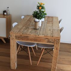 Pallet Table Plans Easy Pallet Table ideas to consider for your home to complement your decor Rustic Style Pallet Dining Table Wooden Pallet Projects, Wooden Pallet Furniture, Rustic Furniture, Wood Pallets, Home Furniture, Pallet Ideas, Recycled Pallets, Pallet Wood, Furniture Design