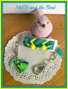 Bracelet tissée, chaine maille métal argenté, cordon argenté, pampilles époxy, couleur jaune fluo, nuances de bleu et vert