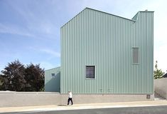 in the small town of herderen, a pastel colored complex forms the local nursery, primary school and multi-purpose hall.