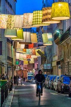 Rue du Mail, Paris cupulas com logo e iluminadas