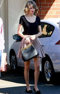 basic tee and skirt (Taylor Swift)