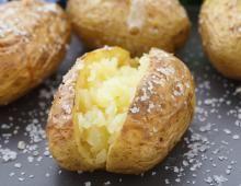 Recette - Pommes de terre à la suédoise farcies au camembert en pas à pas Clean Recipes, Clean Foods, Mojito, Coco, Baked Potato, Side Dishes, Cheddar, Food And Drink, Cooking