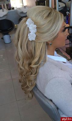 Would it be odd if I wore my hair like this every day for the rest of my life?? So beautiful!! Half up half down white flowers hairstyle for a bride/wedding day