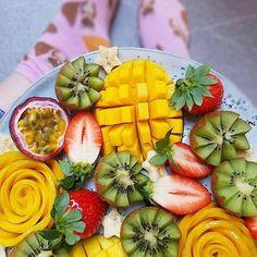 Mango ✅.... and those socks!! ✅✅✅✅✅ hahaa I love them!  www.kaylaitsines.com/app @happyfruitlife