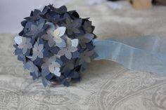 Voici nos décoration faites par mes petites mains pour les bancs de l'église. Des boules polystyrène sur lesquelles j'ai épinglé des fleurs de deux tailles différentes bleues bien entendu!