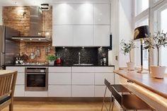 weiße Küche mit Klinker an der Wand