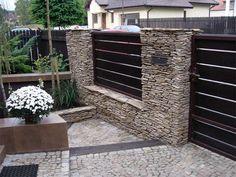ogrodzenie z kamienia i drewna