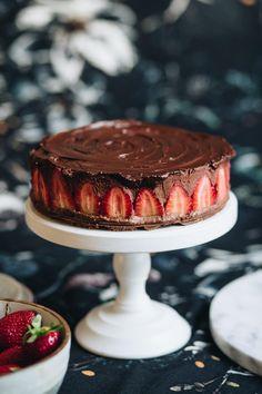 Sütés nélküli epres csokimousse torta » Lila Füge