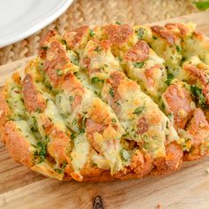 Everyone will go crazy for this Syn Free Pull-Apart Cheesy Garlic Bread - a perfect sharing side or party appetizer. This week I had serious cravings for Garlic Bread. Gluten Free, Vegetarian, Slimming World and Weight Watchers friendly. Slimming World Fakeaway, Slimming World Dinners, Slimming World Recipes Syn Free, Slimming World Diet, Slimming Eats, Slimming Workd, Slimming World Garlic Bread, Slimmers World Recipes, Slimming World Puddings