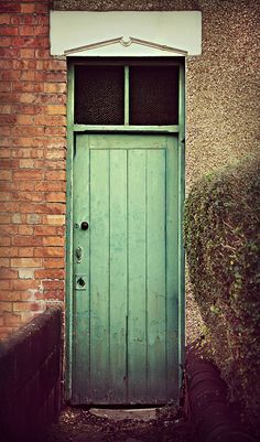 mysterious green   Canon EOS 60D - Swindon - Mysterious Old Green Door