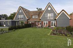 Ze wilden een vrijstaand huis in de buurt van Hilversum. Het werd een geschakelde villa in een landelijke omgeving. Een plek met uitzicht op historische landgoederen aan de 's Gravenlandse vaart in Kortenhoef.   Op de smalle Emmaweg langs de vaart zien we rechts het landgoed Gooiland, even verder Trompenburgh. Links het huis waar …