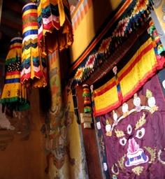 Oben im Kloster-Tempel vor dem Eingang zum Altar, den man nicht fotografieren kann. Foto: Doris Bhutan, Altar, Valance Curtains, Home Decor, Photos, Temple, Entrance, Interior Design, Home Interior Design