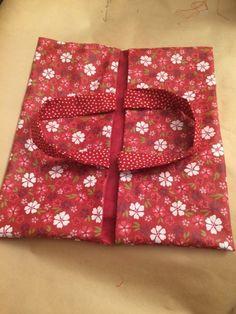 C'est la nouvelle année, alors en cadeau je vous offre le tuto facile d'un sac à tarte réversible en tissu enduit! 4 coutures pas une de...