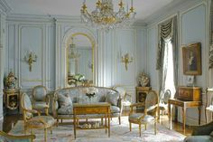Lovely French Style Living Room Design And Decoration Ideas 07 - Living rooms are essential to every home and deserve all the attention, budgets and facilities you can think of. It is the family personality reflecte. French Interior Design, Classic Interior, French Interiors, Modern Interior, Interior Styling, Architectural Digest, Baroque Decor, French Style Homes, French Country Living Room