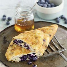 Power-Frühstück: Zu unserem luftigen Omelett gesellen sich fruchtig frische Heidelbeeren. Dürfen wir noch eine Portion haben? Schließlich genießen wir...