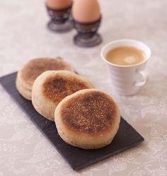 Pour un brunch anglais, je vous propose de faire vous-même des muffins anglais. Coupés en deux et grillés, garnissez-les de bacon et d'oeufs brouillés... Un délice pour le petit déjeuner ! Une recette piochée chez Stéphanie, merci !