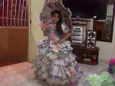 Vestido de dama antañona en papel periódico