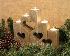 Cercando il regalo perfetto o quel pezzo speciale della decorazione domestica che simboleggia lamore nella tua famiglia. Questi supporti di candela cuore rustico collegato sarà grandi in qualsiasi arredamento. Ogni candela rappresenta un diverso membro della famiglia, tutti legato insieme con amore. (Candele possono essere utilizzate separatamente)  Dimensioni: Main candele: 2 x 2 x 8 e 2 x 2 x 6.5 Le altre candele sono: 2 x 2 x 5.5 , 5, 4,5, 4 , 3,5   Candele luce del tè bianco sono…