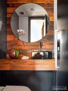 No lavabo, bancada e parede receberam lâminas de madeira de demolição.