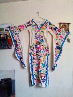 Es un hermoso vestido de manta 100% algodon con mangas de mariposa, bordado a mano, con un hermoso diseño del arbol de la vida en la parte central del vestido y flores y mariposas en las...