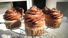 CUPCACKES DE VAINILLA CON CUBIERTA DE CHOCOLATE Lindos, deliciosos y económicos, así son los cupcakes.