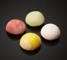 La Maison Nordique 2015 - les Mochis glacés. De tendres boules de pâte de riz japonaises garnies d'un cœur de crème glacée. Deux nouveaux parfums : coco intense, thé vert-litchi, en édition limitée. Également mangue, chocolat, framboise, fruits de la passion.