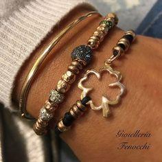 ••• NOVITÀ DODO ••• Pepita in zaffiri azzurri, rondelle in  diamanti e tsavoriti, quadrifoglio in oro rosa Silhouette, bracciale rigido in oro rosa #gioielleriafenocchi #fenocchi #gioielleria #quadrifoglio #oro#ororosa #charm#fortuna#lucky#rondelle#granelli#pepita#zaffiri#azzurri#bracciali#bangle #diamanti#sanbenedettodeltronto #dodojewels #dodopomellato #dodopomellatolove