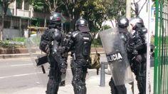 Suspenden a policía que activó gas lacrimógeno en protesta de discapacitados Un agente de la Fuerza Disponible lanzó gas lacrimógeno hacia una de las manifestaciones pacíficas que se desarrollaba en la Plaza de Bolívar.