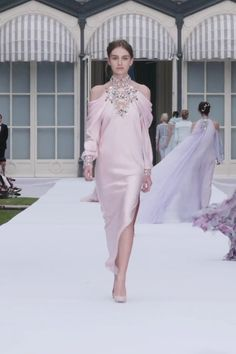 Stunning Embroidered Pale Pink Silk Double Satin Slit Halter Sheath Evening Maxi Dress Evening Gown with Shoulder Cutouts and Long Sleeves Autumn Winter 2019 2020 Couture Collection Runway Show by Ralph Russo Outfit Designer, Designer Dresses, Couture Fashion, Runway Fashion, Fashion Show, Fashion Design, Armani Prive, Zuhair Murad, Elie Saab