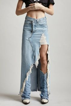 Harrow Jeansrock (langer Rock) Tilly 2019 Harrow Jeansrock (langer Rock) Tilly The post Harrow Jeansrock (langer Rock) Tilly 2019 appeared first on Denim Diy. R13 Denim, Ripped Denim, Denim Overalls, Denim Fashion, Look Fashion, Fashion Outfits, Bohemian Fashion, Fashion Hacks, Kleidung Design