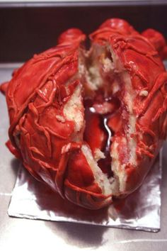 human heart cake, sliced How disgusting! Halloween Fruit, Halloween Punch, Halloween Cupcakes, Yummy Treats, Sweet Treats, Yummy Food, Medical Cake, Scary Cakes, Pastry Design